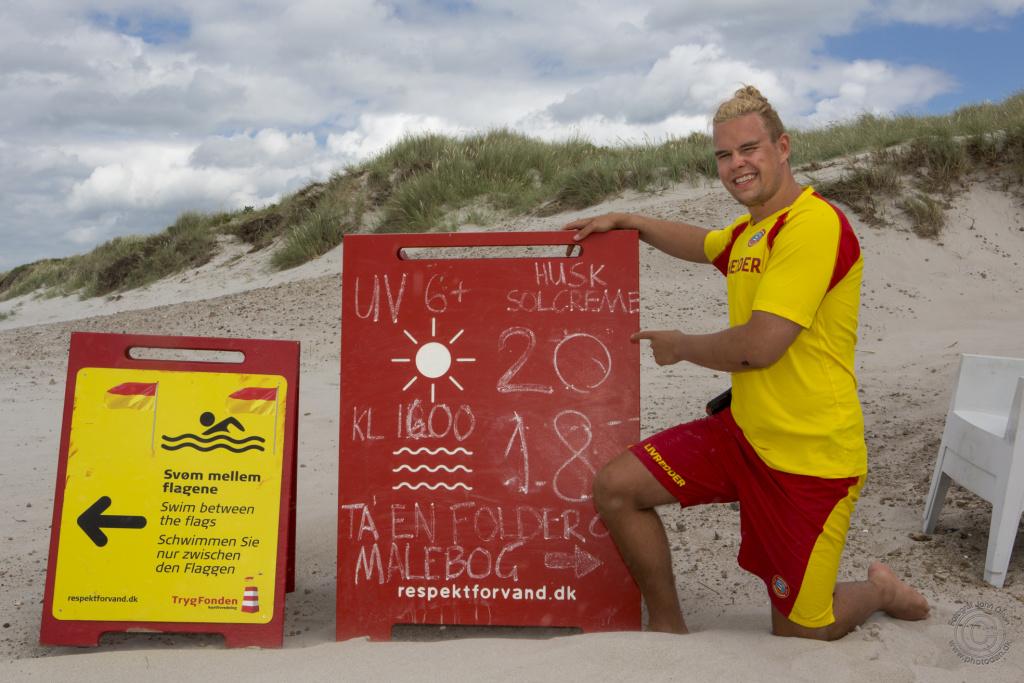 Livredder Kristoffer Weber viser temperaturerne i luften og i vandet ved Kabelstranden i Rørvig