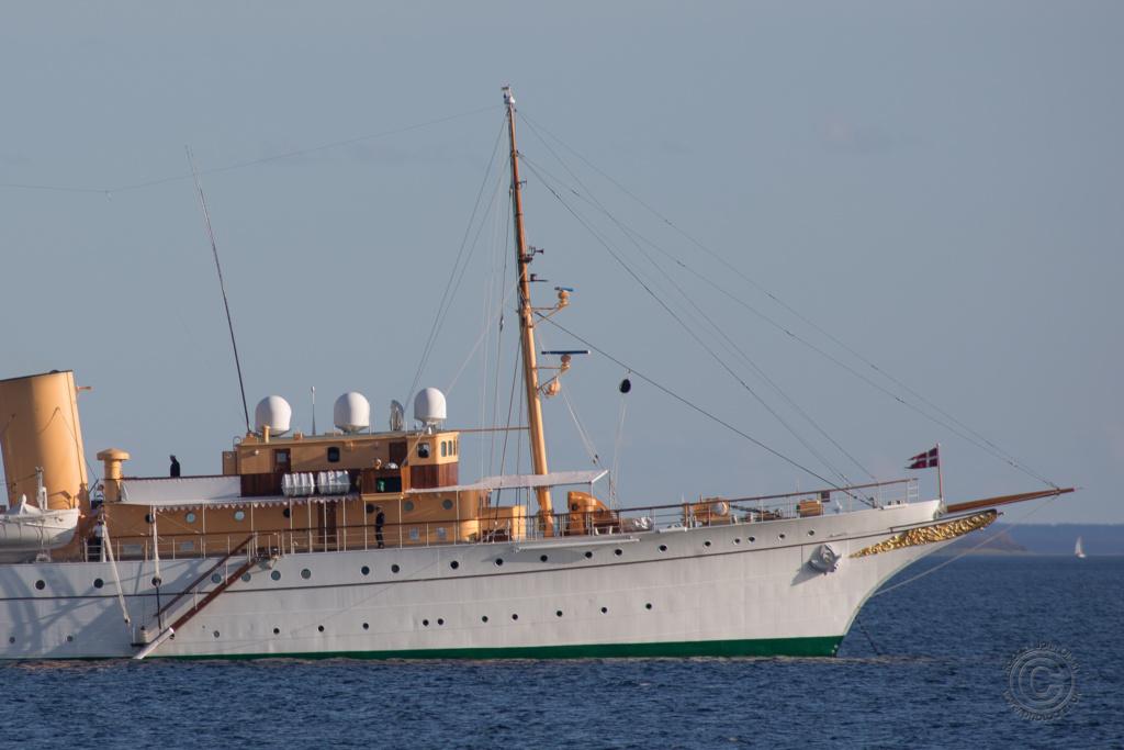 Kongeskibet Dannebrog i Isefjorden ved Nakke i Odsherred