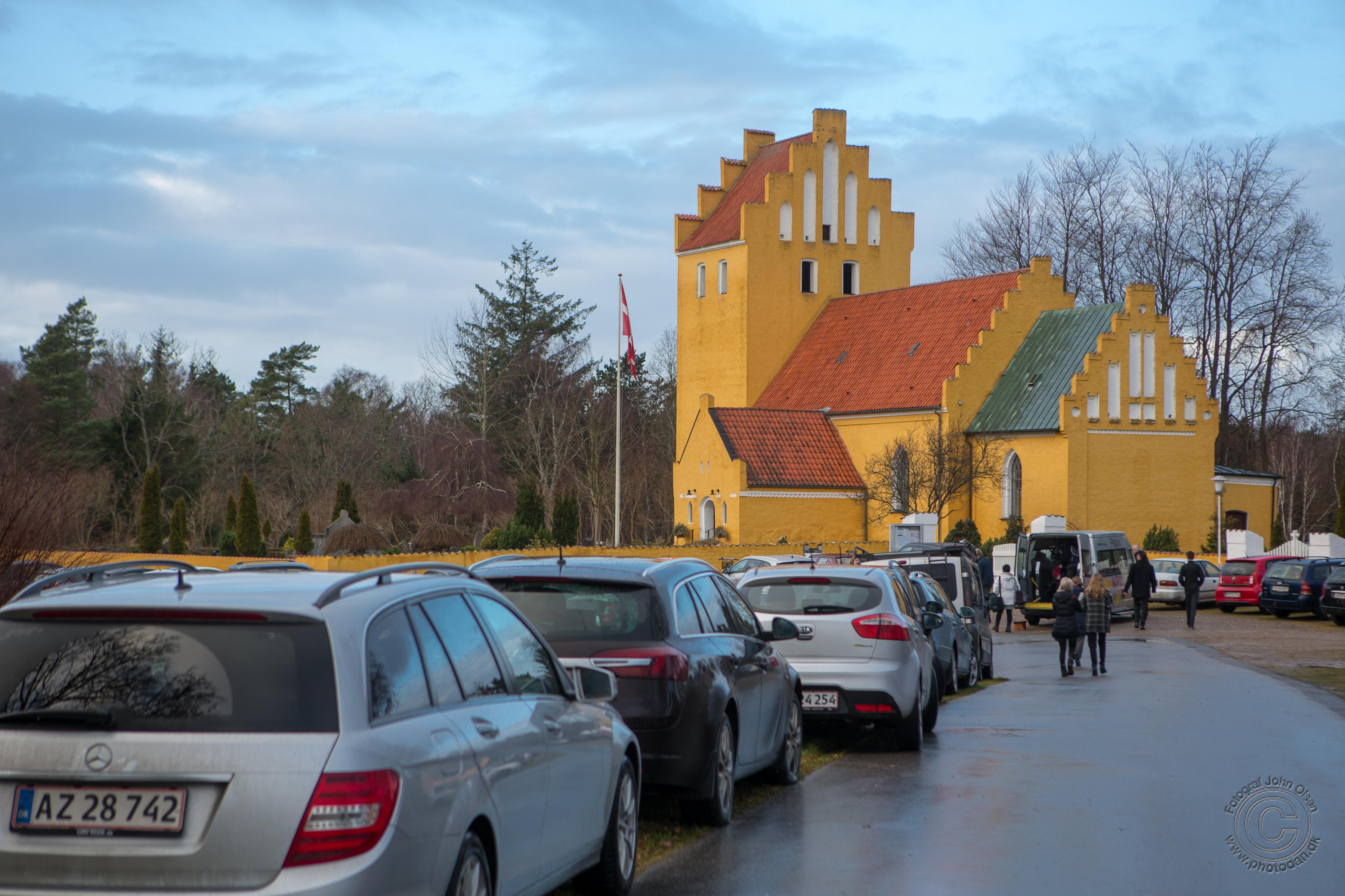 Alle pladser var optaget - både inden i Rørvig Kirke og på parkeringspladserne. Foto: John Olsen/photodan.dk