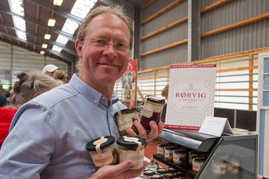 Morten Weidemann med et udpluk af de mange desserter som fremstilles hos Rørvig Dessert. Foto: John Olsen/photodan.dk