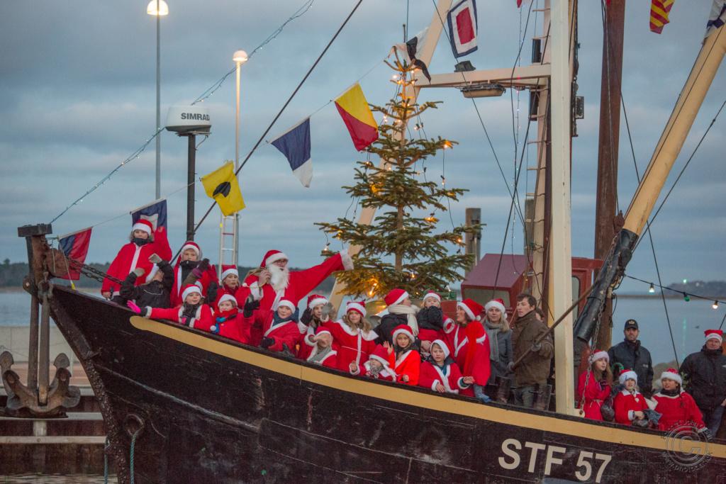 Juleskibet ankommer til Rørvig Havn med julemanden og hans store nissefamilie. Foto: John Olsen/photodan.dk