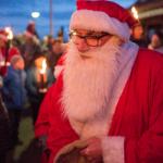 Julemanden deler godteposer ud til børnene på Rørvig Havn