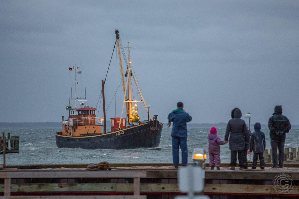 Juleskibet ankommer til Rørvig Havn Foto: John Olsen / www.photodan.dk