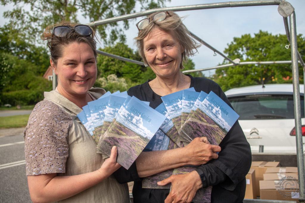 To glade medlemmer af redaktionen af Rørvig Guiden 2020 med de dugfriske Rørvig Guider, som lige er hentet på Trykkergården i Nykøbing Sj. Heidi Schnabel og Ida Lyngbye. Foto: John Olsen / www.photodan.dk